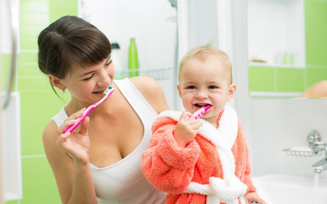 ¿Cuándo debe llevar a sus hijos a su primera visita con el dentista?