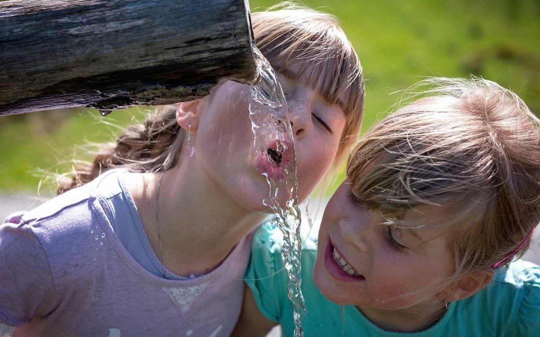 Cuánta agua debemos tomar en verano