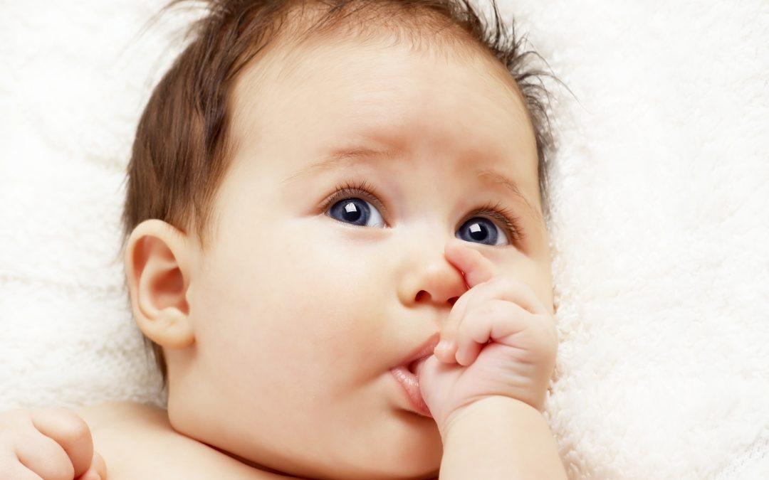 El beneficio de chuparse los dedos y morderse las uñas durante la infancia