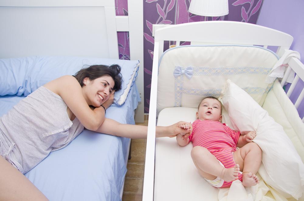 ¿Es recomendable entrenar a los bebés para que duerman toda la noche?
