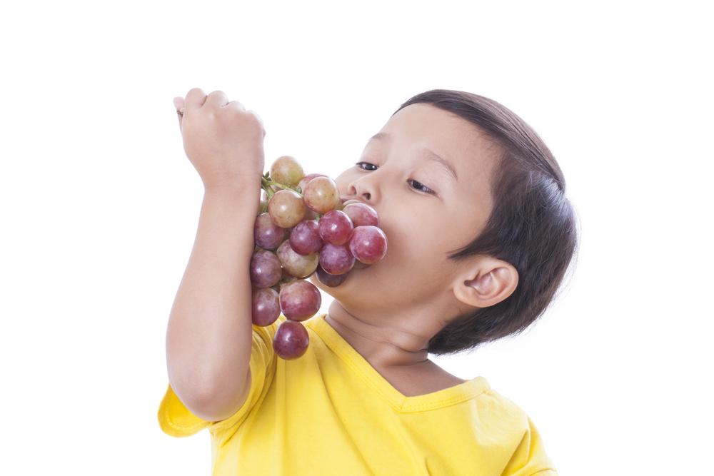 Por qué los niños menores de 5 años no deben comer uvas enteras