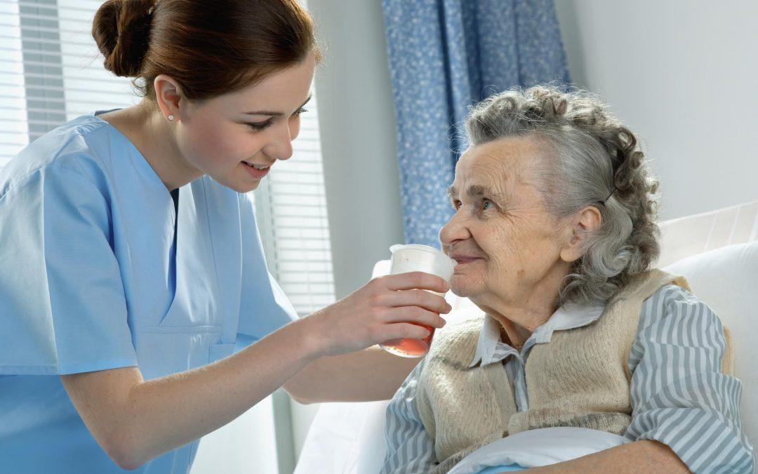 ¿Sabe cómo cuidar la higiene de un adulto mayor encamado?