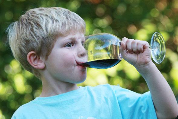 ¿Cuándo es buen momento para que los menores prueben el alcohol?