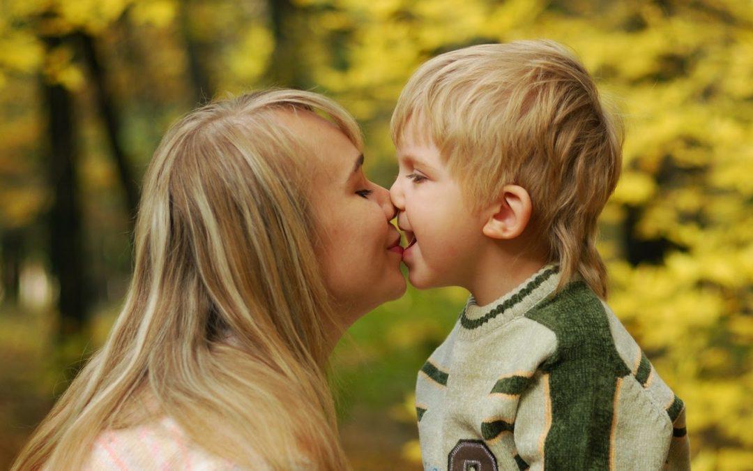 ¿Por qué nunca debes besar a tus hijos en la boca? Esto dicen los expertos