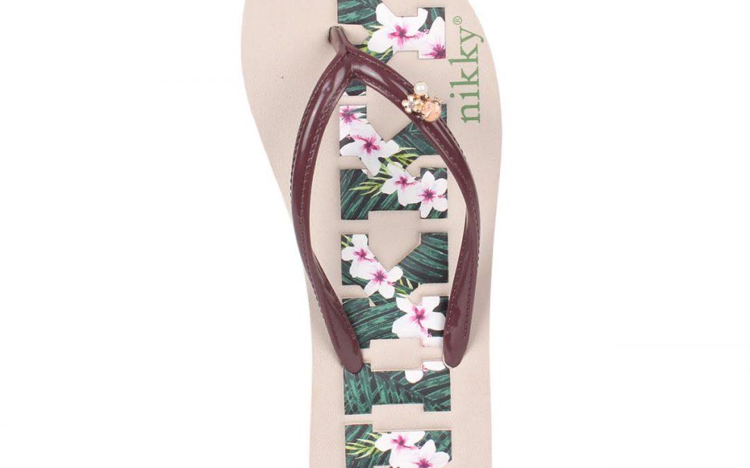 La tendencia floral y los accesorios de borlas llegan a las sandalias
