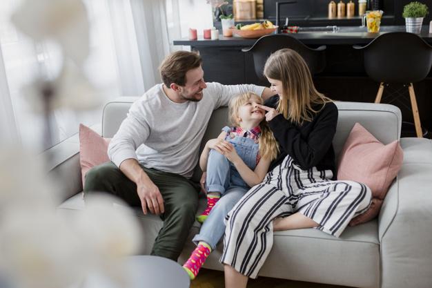 """Qué son los """"padres helicóptero"""" y cómo afectan al desarrollo emocional de sus hijos"""
