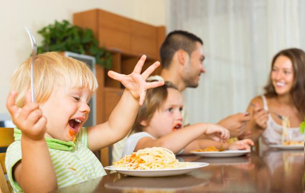 Los errores más comunes que cometen los padres en la alimentación de sus hijos