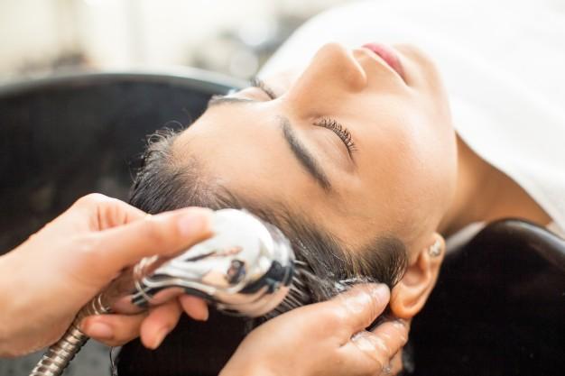 ¿Cómo exfoliar el cuero cabelludo graso?