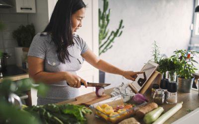 ¿Cocinando más que nunca?  ¿Cómo hacer que sea una cuestión saludable para la familia?