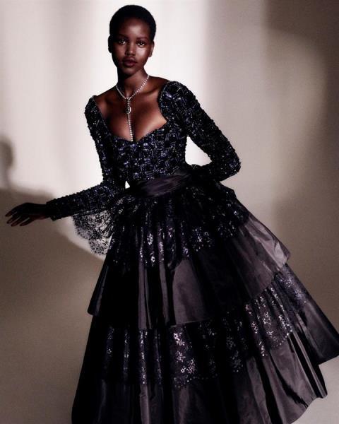 Chanel apuesta por la opulencia en un sobrio decorado