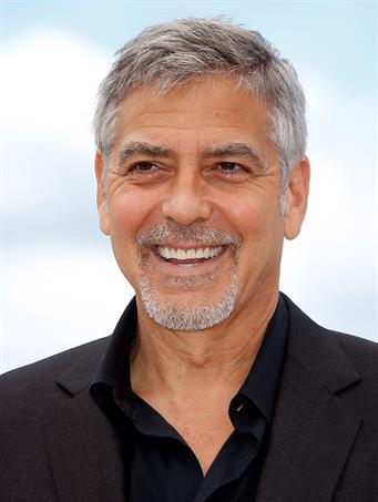 Clooney llega a los 60 como padre responsable y sin perder atractivo