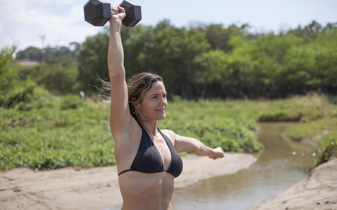 Mujeres aprenden, entre pesas, a cuidar su salud integral